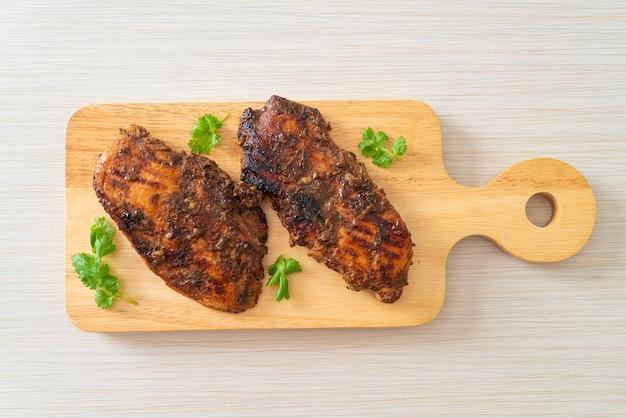 Острый жареный ямайский вяленый цыпленок на гриле - ямайский стиль еды