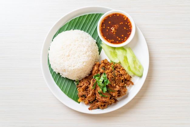 아시아 스타일의 쌀과 매운 소스를 곁들인 매운 구운 돼지 고기