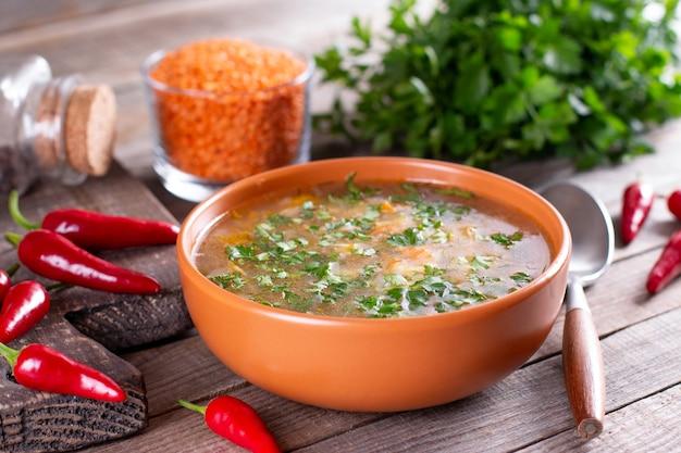Острый домашний суп с красной чечевицей и красным чили. осенний суп. концепция здорового питания