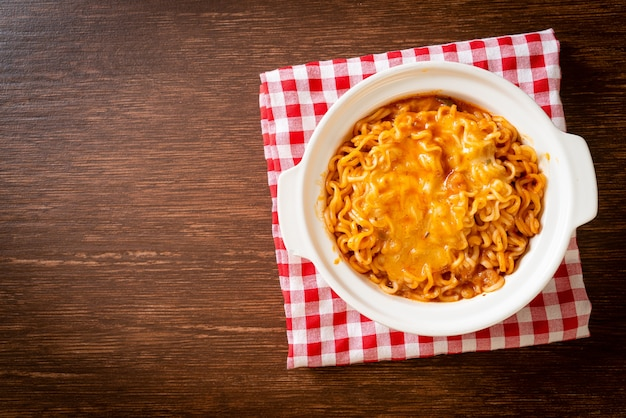 モッツァレラチーズのスパイシーなインスタントラーメン丼
