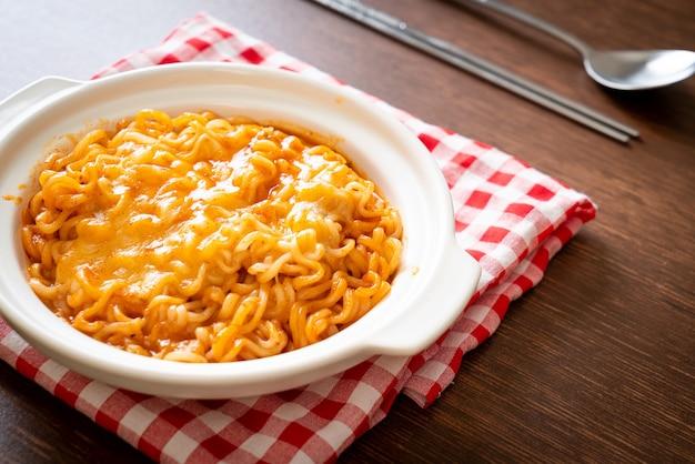 Острая лапша быстрого приготовления с сыром моцарелла