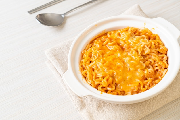 모짜렐라 치즈가 들어간 매운라면 그릇