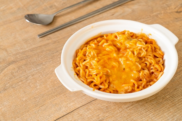 モッツァレラチーズのスパイシーインスタントラーメン丼