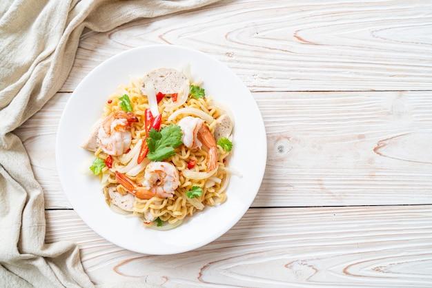 Острый салат из лапши быстрого приготовления с креветками - стиль тайской кухни