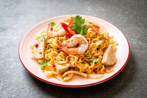 エビのスパイシーなインスタントラーメンサラダ-タイ料理スタイル