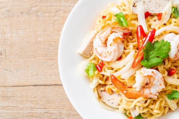 エビのスパイシーインスタントラーメンサラダ-タイ料理スタイル