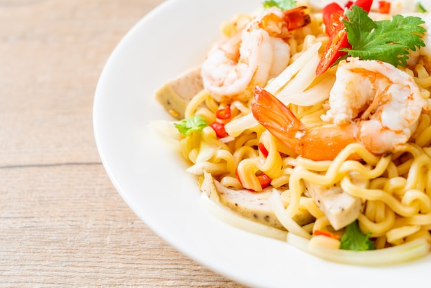 Spicy instant noodles salad with shrimps