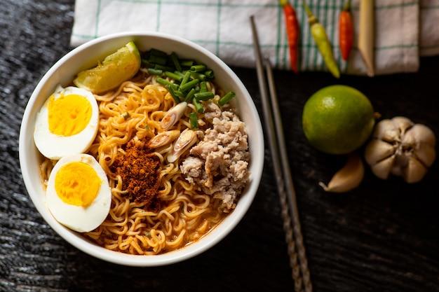 Острый суп с лапшой быстрого приготовления с ингредиентом в миске