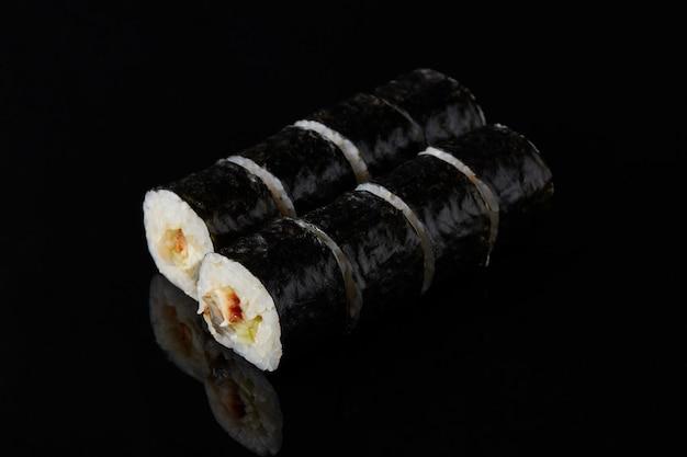 Острые суши kani roru на черном фоне