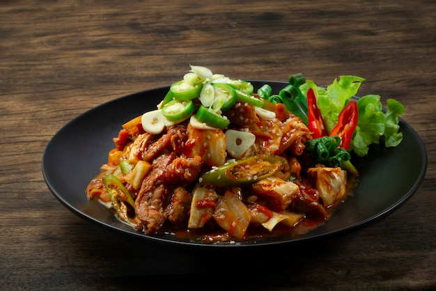 돼지 고기 떡볶이 김치 볶음과 매콤한 김치 볶음