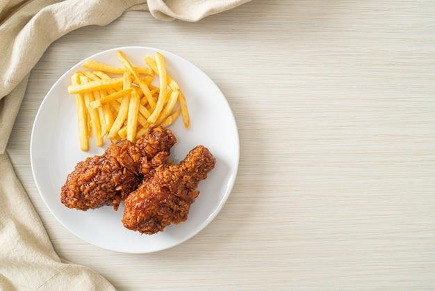 감자튀김을 곁들인 매운 한국식 프라이드 치킨