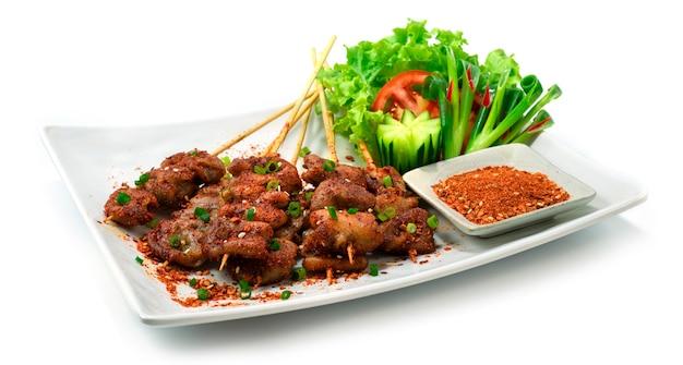 매운 말라 돼지 내장 꼬치 중국 향신료 스타일은 야채와 건조 디핑 향신료 소스 측경을 장식