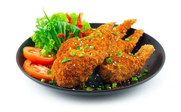 Куриное крылышко, фаршированное пряным мала, внутри в китайском стиле с куриным фаршем, стеклянной лапшой, смешанной капустой и морковью украсить резной перец чили и овощи, вид сбоку