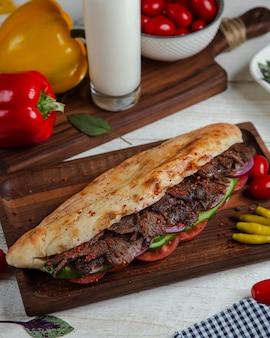 야채와 빵에 매운 고기
