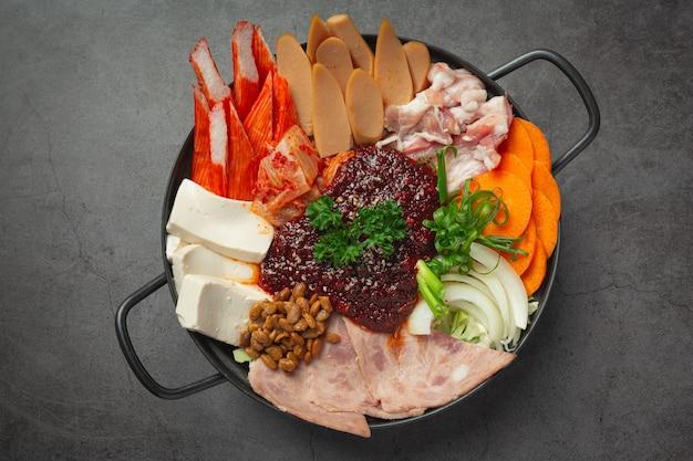 Carne piccante e carne di maiale bollire in pentola calda