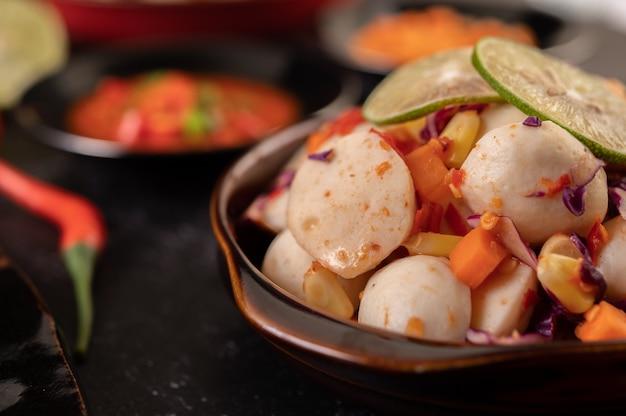 Острый салат с фрикадельками с чили, лимоном, чесноком и помидорами.