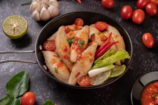 Insalata di polpette piccanti con peperoncino, limone, aglio e pomodoro.