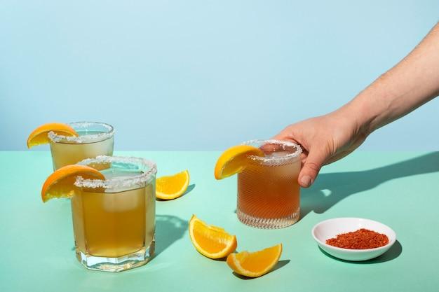 スパイシーなミチェラーダ飲料のアレンジメント 無料写真