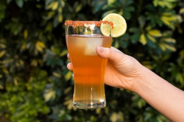 スパイシーなミチェラーダ飲料のアレンジメント