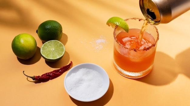 테이블에 매운 미켈라다 음료 배열