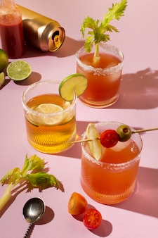 Пряный ассортимент напитков мичелада на столе