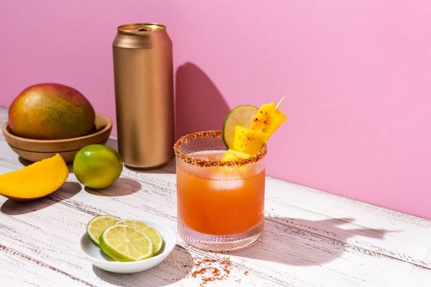 Assortimento di bevande speziate michelada sul tavolo