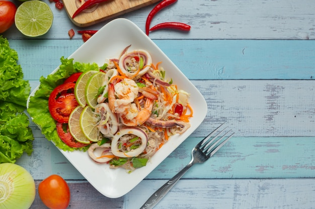 Пряный салат из морепродуктов с тайскими ингредиентами.