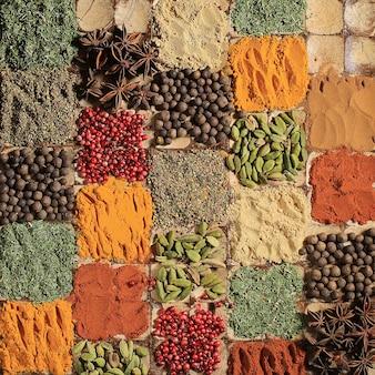 매운 여러 가지 빛깔의 향기로운 향신료 인도 요리 향신료 패턴 평면도