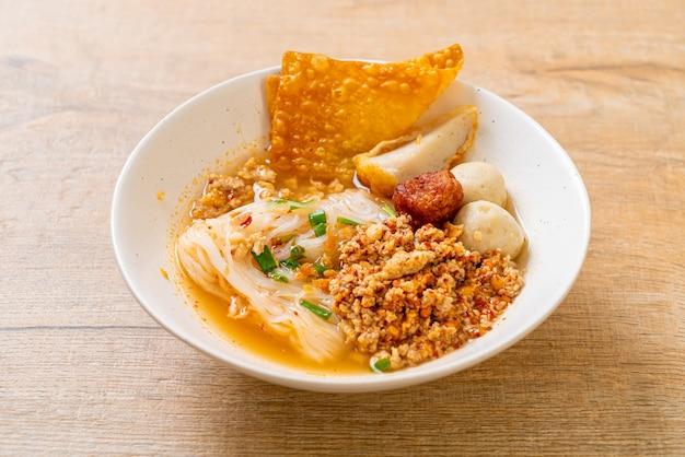 つみれと豚ひき肉のスパイシーヌードル(トムヤムヌードル)-アジア料理スタイル