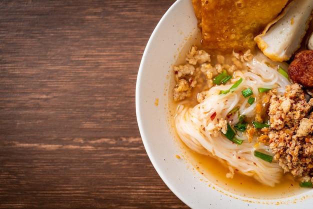 つみれと豚肉のみじん切りのスパイシーヌードル(トムヤムヌードル)-アジア料理スタイル