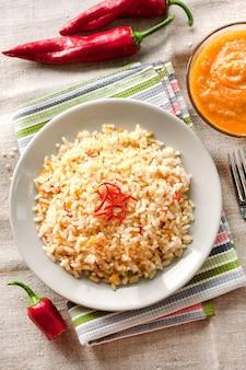 Пряный пропаренный рис с морковью, желтым цуккини и перцем чили