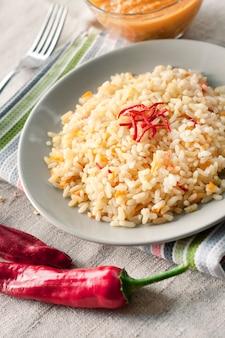 Острый пропаренный рис с морковью, желтым цуккини и перцем чили
