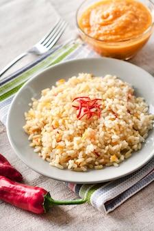 Пряный пропаренный рис с морковью, желтыми цукини и перцем чили