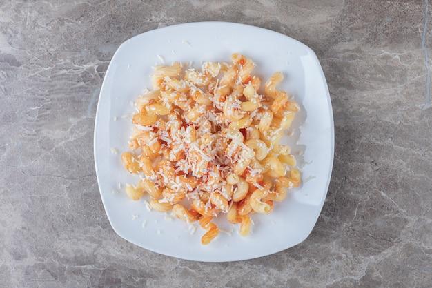 Острая паста с томатным соусом на мраморе.