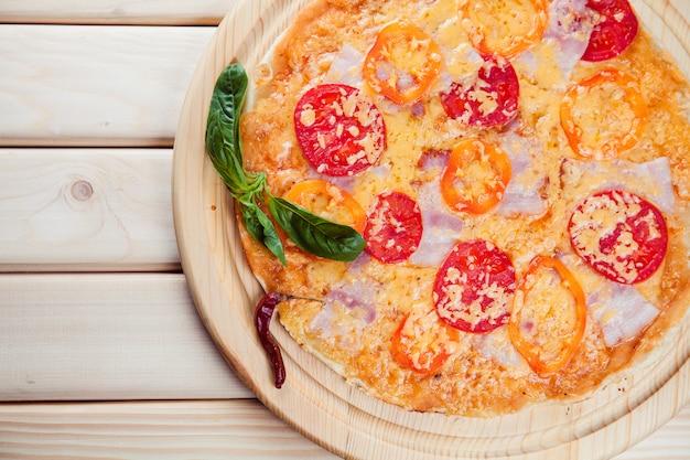 木製のテーブルのスパイシーなピザ