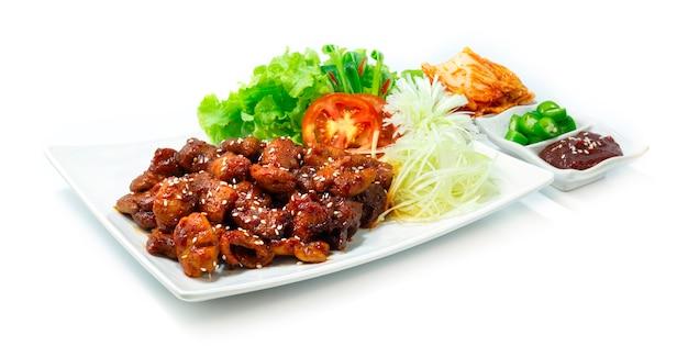 매운 돼지 장 막창 한식 퓨전 스타일 김치 칠리와 야채 사이드 뷰