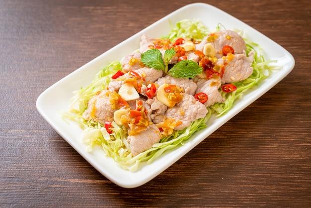 라임 마늘과 칠리 소스를 곁들인 매콤한 돼지 고기 샐러드 또는 삶은 돼지 고기