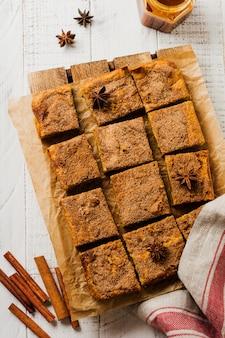 계피, 아니스 및 캐러멜을 곁들인 매운 호박 cbars 블론디 스퀘어