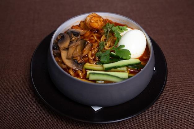 Острый рамен с грибами, яйцом и морепродуктами.