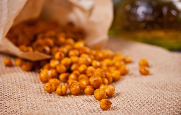 スパイシーなローストひよこ豆。健康的なベジタリアン料理。