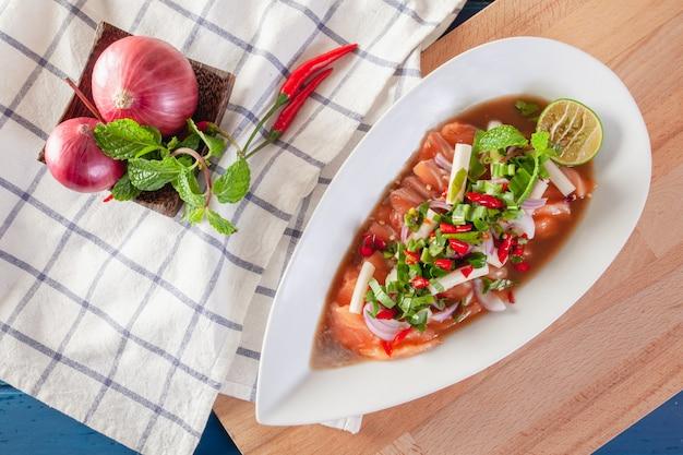タイの野菜と新鮮なサーモンのスパイシーサラダ