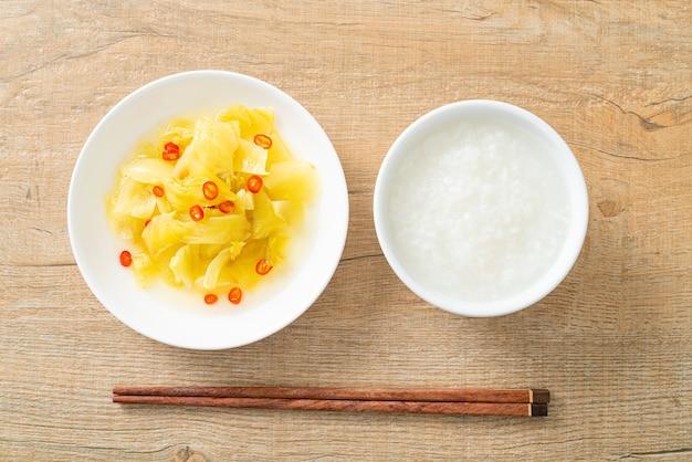 참기름을 곁들인 매운 샐러드 피클 양배추 또는 셀러리 - 아시아 음식 스타일