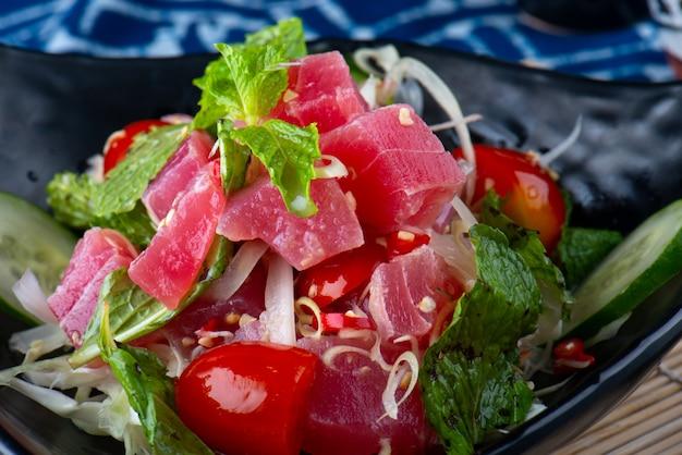 Острый салат из тунца в тайском стиле.