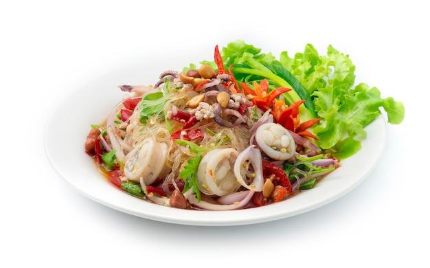 Острый салат вермишель лапша с котлетой из кальмаров и фаршем из свинины, овощи, острые пряности вкусная тайская еда в стиле фьюжн
