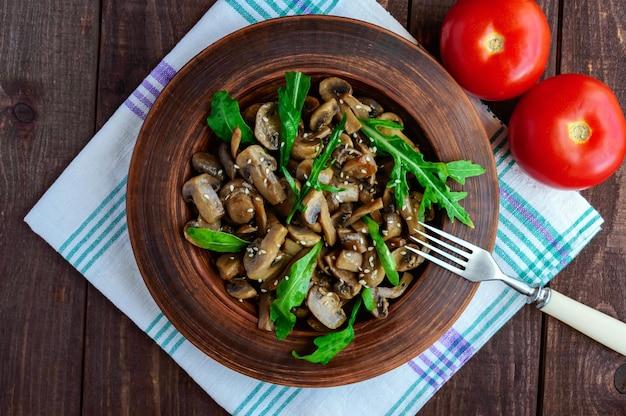 버섯, 아루 굴라, 참깨가 들어간 매운 샐러드. 비건 요리. 상위 뷰