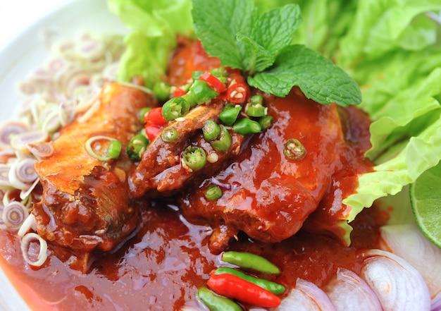 Острые сардины в томатном соусе, рыбные консервы, по-тайски