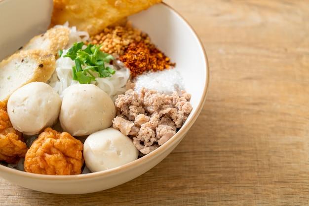 생선 공과 수프가 없는 새우 공이 있는 매운 작은 평평한 쌀 국수 - 아시아 음식 스타일