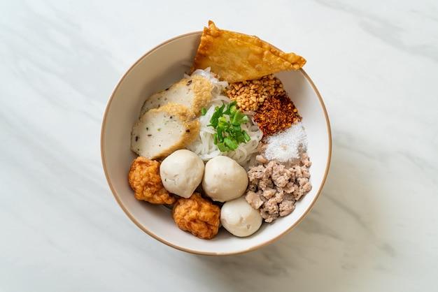 Острая маленькая плоская рисовая лапша с рыбными шариками и шариками из креветок без супа - азиатский стиль еды