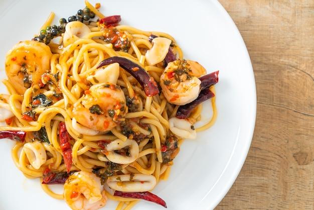 Острые спагетти с морепродуктами - жареные спагетти с креветками, кальмарами и перцем чили