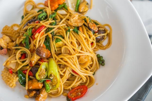 Пряные спагетти с морепродуктами.